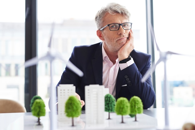 Portrait d'homme d'affaires fatigué au travail