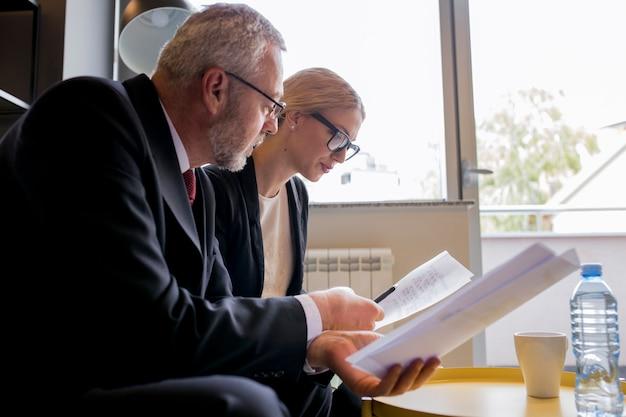 Portrait, de, homme affaires, et, femme, reposer dans bureau, discuter contrat
