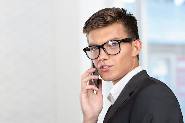 Portrait d'un homme d'affaires gai parlant au téléphone