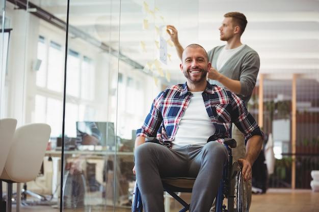 Portrait d'homme d'affaires handicap au bureau créatif