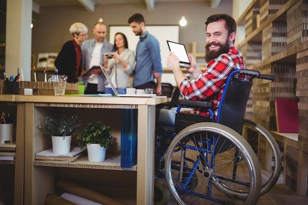 Portrait d'homme d'affaires handicapé à l'aide de tablette numérique