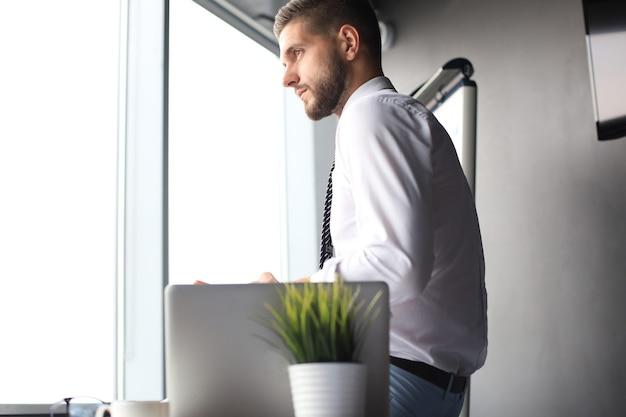 Portrait d'homme d'affaires heureux assis au bureau.
