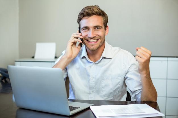 Portrait d'un homme d'affaires heureux au bureau