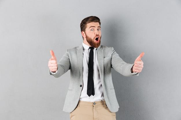 Portrait d'un homme d'affaires heureux habillé en costume