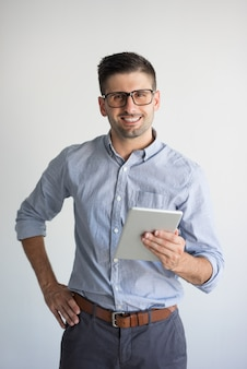 Portrait de l'homme d'affaires heureux avec tablette numérique.