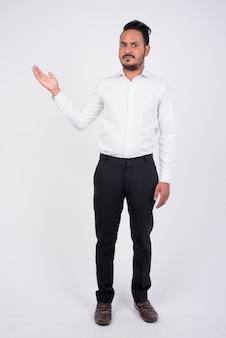 Portrait d'homme d'affaires indien barbu sur blanc