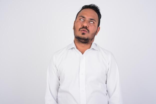 Portrait d'homme d'affaires indien barbu stressé à l'ennui et fatigué