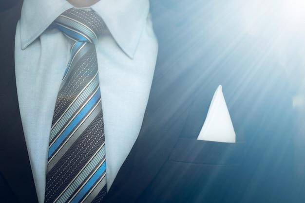 Portrait d'homme d'affaires intelligent bouchent portant cravate et costume formel.