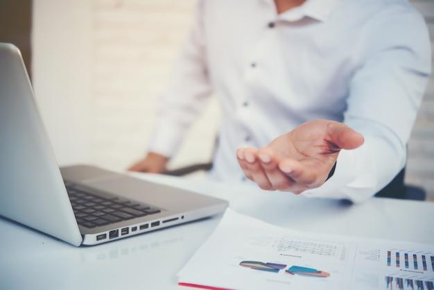 Portrait d'un homme d'affaires jeune assis à son bureau