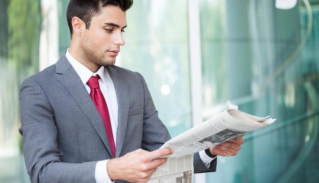 Portrait, homme affaires, lecture journal