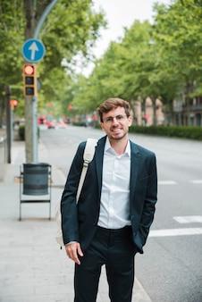 Portrait, homme affaires, main, poche, debout, rue, ville