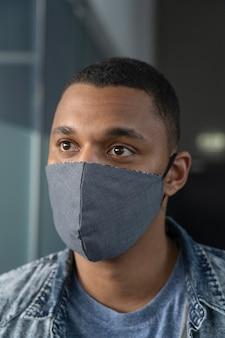 Portrait d'homme d'affaires avec masque médical
