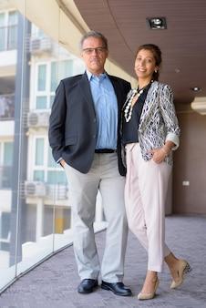 Portrait d'homme d'affaires mature et belle femme d'affaires ensemble