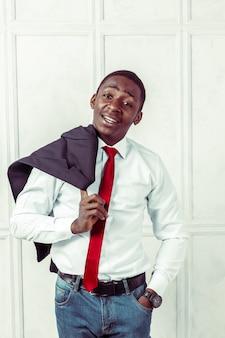 Portrait d'homme d'affaires noir heureux et souriant
