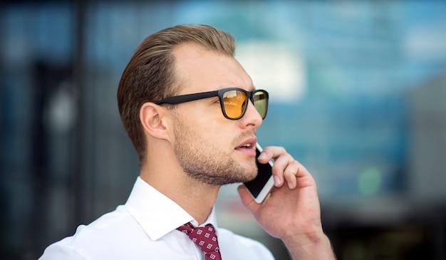Portrait d'un homme d'affaires parlant au téléphone
