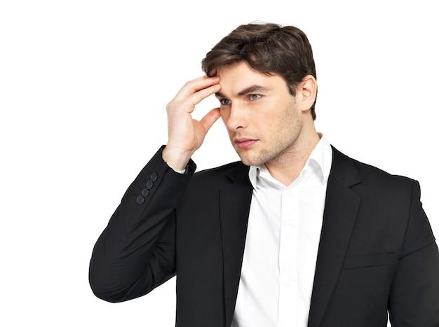 Portrait de l'homme d'affaires pensant avec les mains à la tête