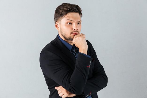Portrait d'un homme d'affaires pensif