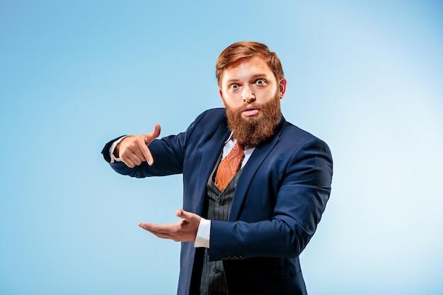 Portrait, homme affaires, pointage, sien, doigt, sien, main