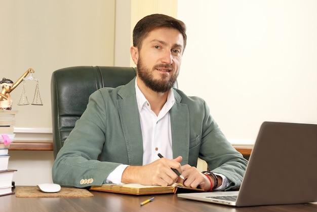 Portrait d'homme d'affaires prospère au bureau
