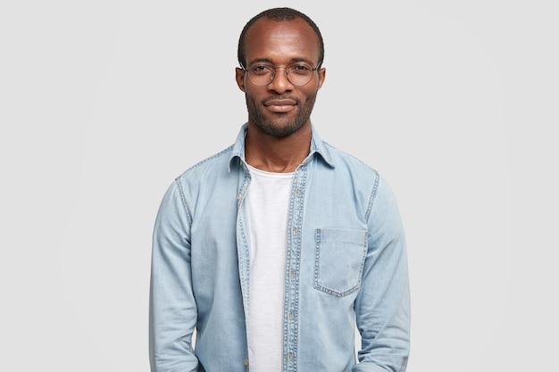 Portrait d'homme d'affaires prospère confiant habillé en chemise en jean décontractée