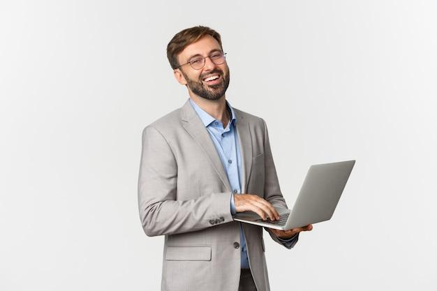 Portrait d'homme d'affaires prospère et confiant et lunettes