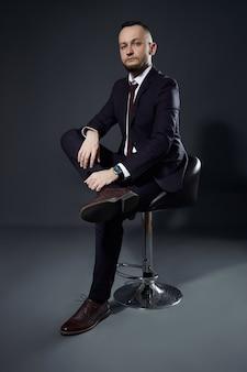Portrait d'un homme d'affaires prospère sur un fond sombre