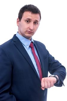 Portrait d'homme d'affaires regardant montre isolé sur blanc