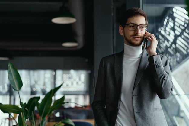 Portrait homme d'affaires réussi parler sur le smartphone