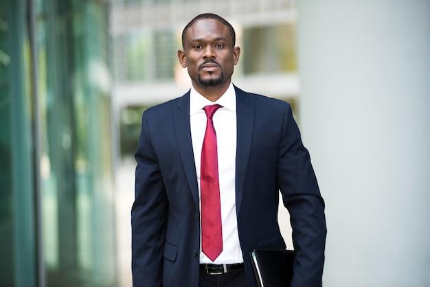 Portrait d'un homme d'affaires tenant son agenda