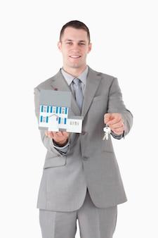 Portrait, homme affaires, tenue, miniature, maison, clés