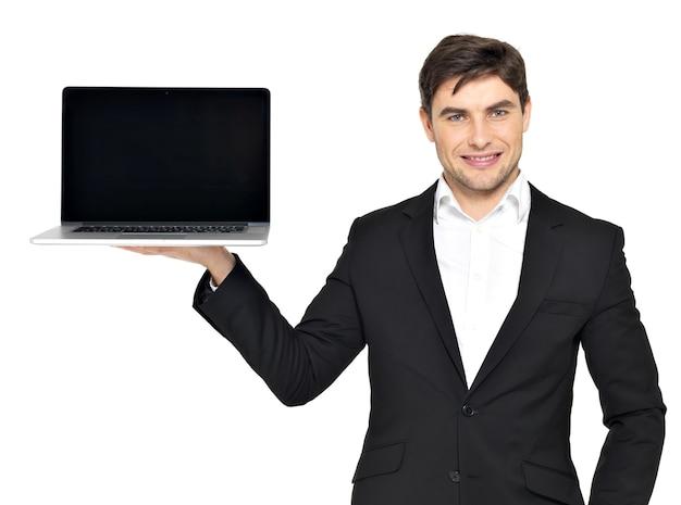 Portrait d'homme d'affaires tient sur la paume l'ordinateur portable ouvert avec écran noir blanc isolé sur blanc.