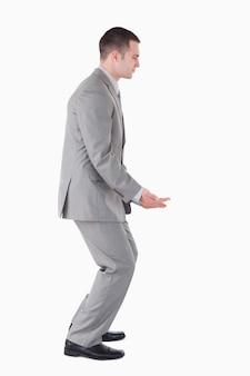 Portrait d'un homme d'affaires transportant quelque chose de lourd