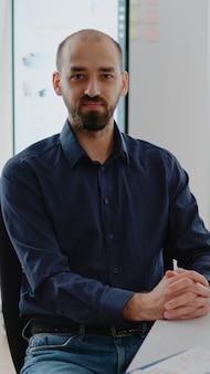 Portrait d'homme d'affaires travaillant sur ordinateur au bureau