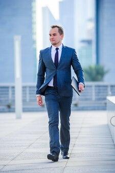 Portrait d'homme d'affaires yang en costume à l'extérieur.