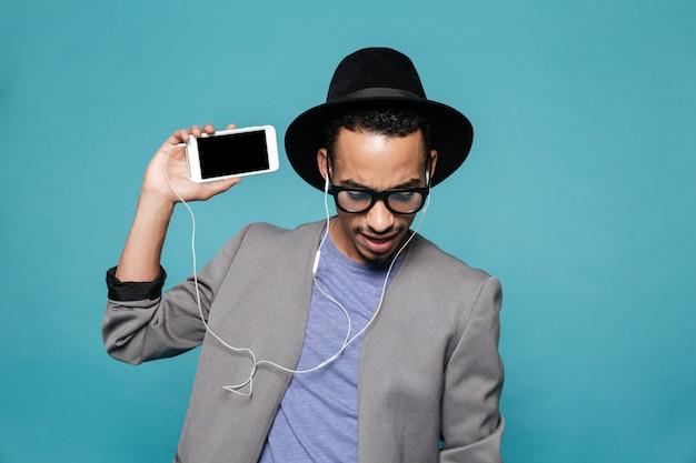 Portrait d'un homme afro-américain en chapeau et lunettes