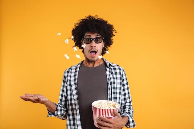 Portrait d'un homme afro-américain gai dans des lunettes 3d