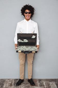 Portrait d'un homme afro-américain heureux excité