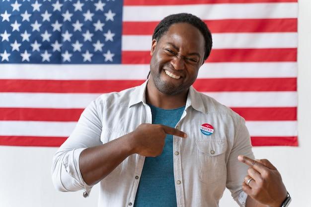 Portrait D'un Homme Afro-américain Le Jour De L'inscription Des électeurs Photo Premium