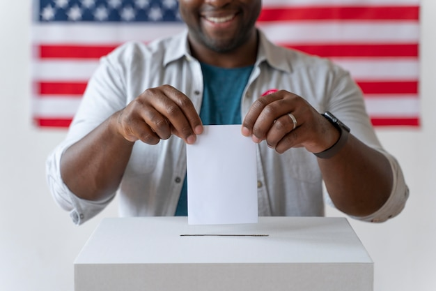 Portrait d'un homme afro-américain le jour de l'inscription des électeurs