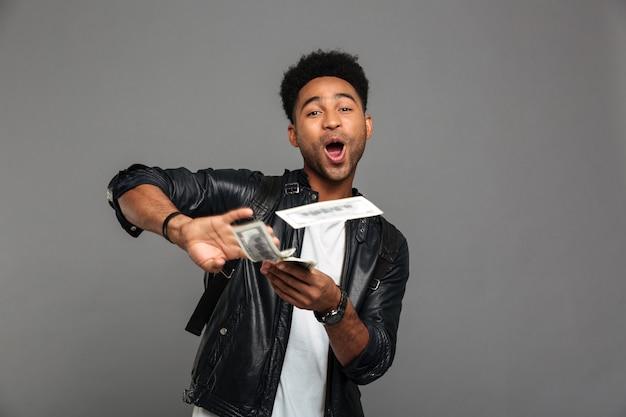 Portrait d'un homme afro-américain joyeux heureux