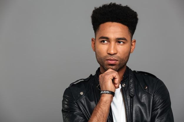 Portrait d'un homme afro-américain réfléchi en veste de cuir