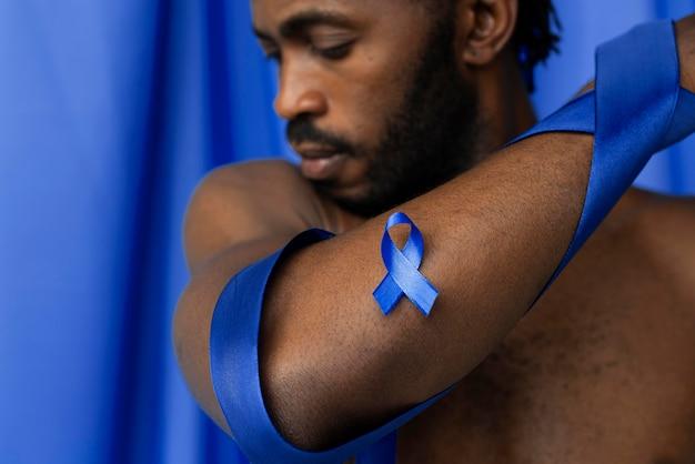 Portrait d'homme afro-américain avec ruban bleu