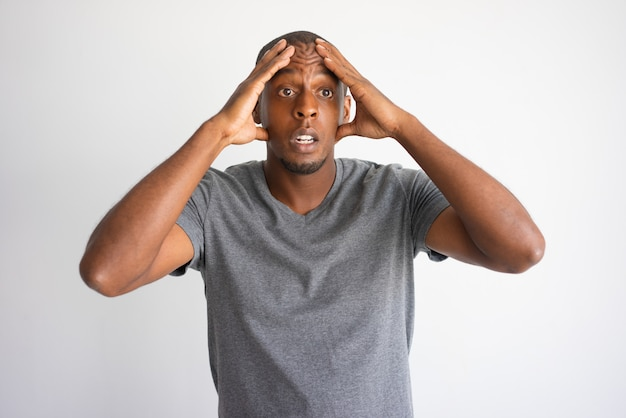 Portrait de l'homme afro-américain stressé et désespéré