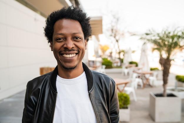Portrait d'un homme afro-touriste debout à l'extérieur dans la rue. concept urbain et lifestyle.