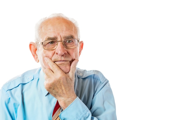 Portrait d'un homme âgé de 90 ans tenant son menton isolé sur fond blanc.