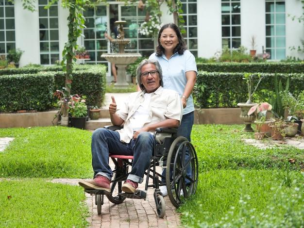 Portrait d'un homme âgé assis dans un fauteuil roulant
