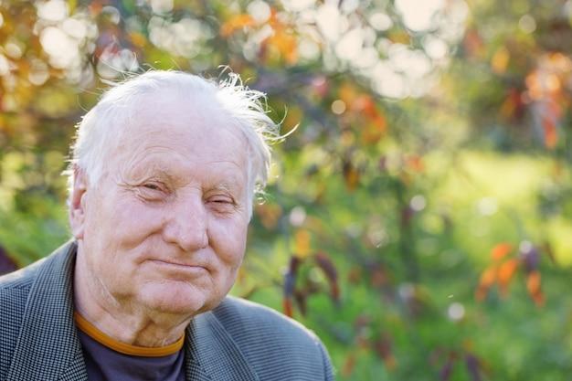 Portrait d'un homme âgé dans le parc