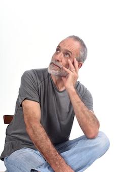 Portrait d'un homme d'âge moyen assis sur blanc