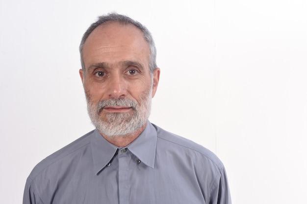Portrait d'un homme d'âge moyen avec une chemise et un fond blanc