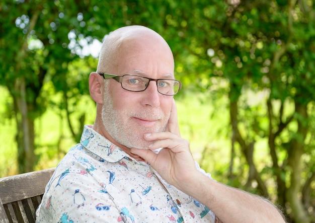Portrait d'un homme d'âge moyen oudoor